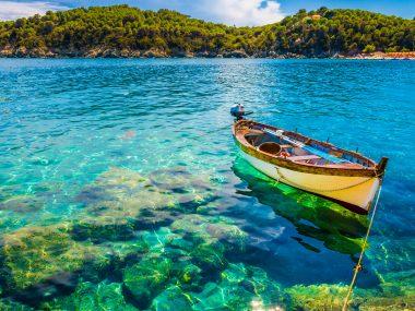 Boot in het water bij Elba